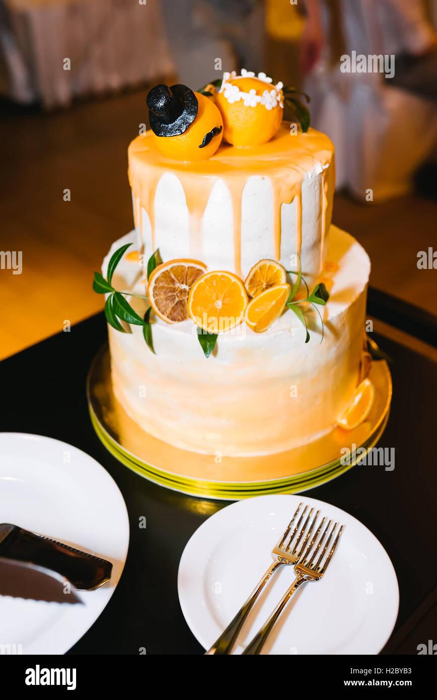 Abgestufte Hochzeitstorte Mit Orange Stockfoto Bild 121964839 Alamy
