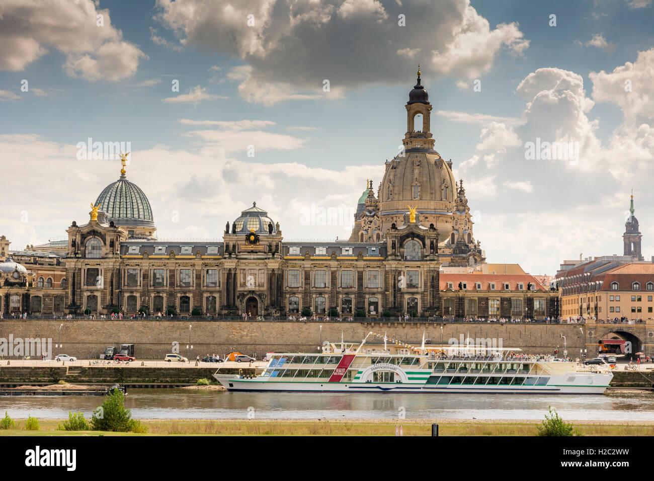 DRESDEN, Deutschland - AUGUST 22: Touristen auf der Promenade von der Elbe in Dresden, Deutschland am 22. August Stockfoto
