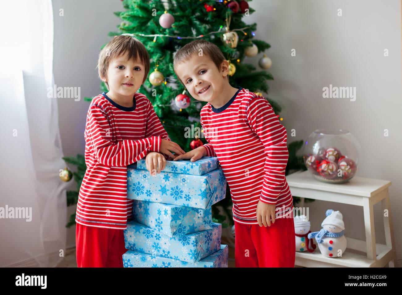 Zwei süße Kinder, junge Brüder, Geschenke für Weihnachten am ...