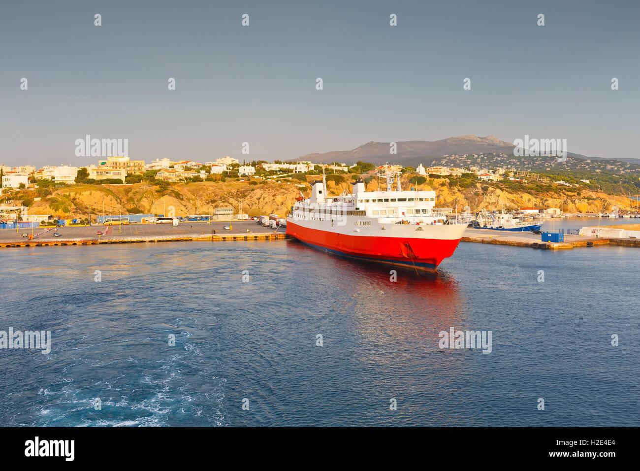 Mit der Fähre in den Hafen von Rafina in Athen. Stockbild