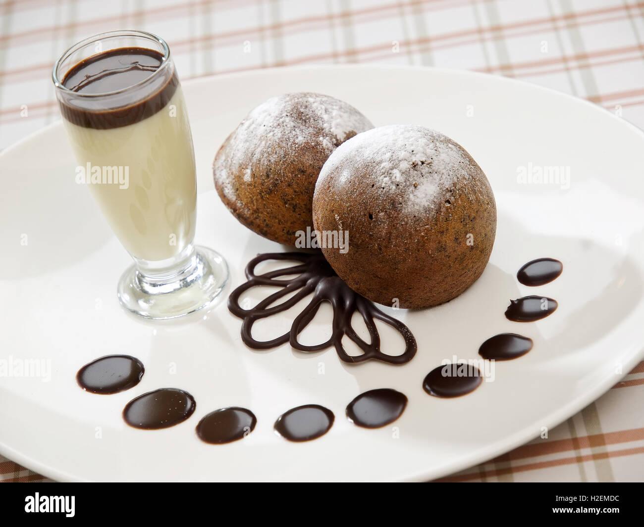 zwei frisch gebackenen Brownie-Art Biskuit Stockfoto