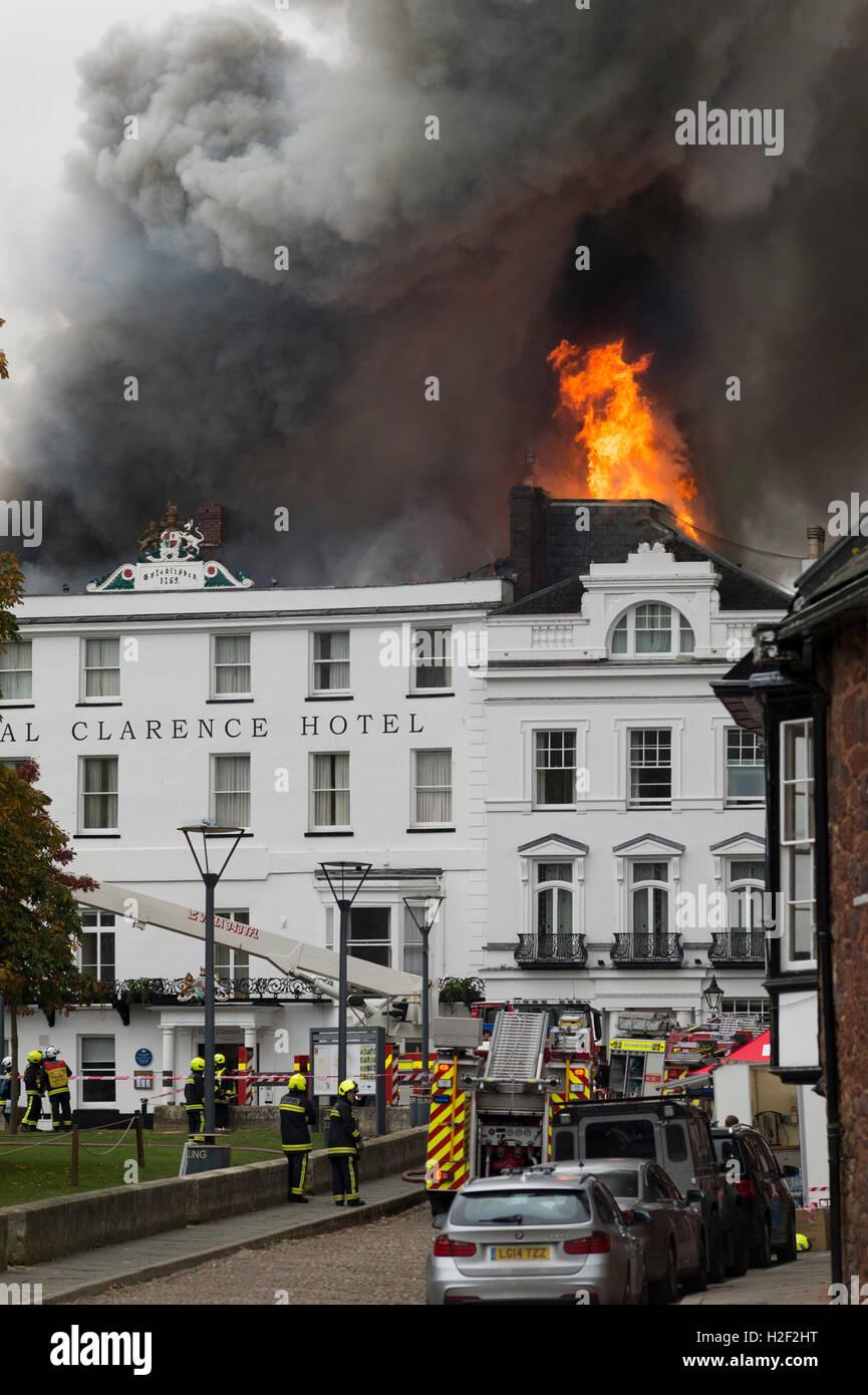 Das Royal Clarence Hotel Feuer fängt nach einem früheren Brand in der angrenzenden Galerie am Dom grün, Stockbild