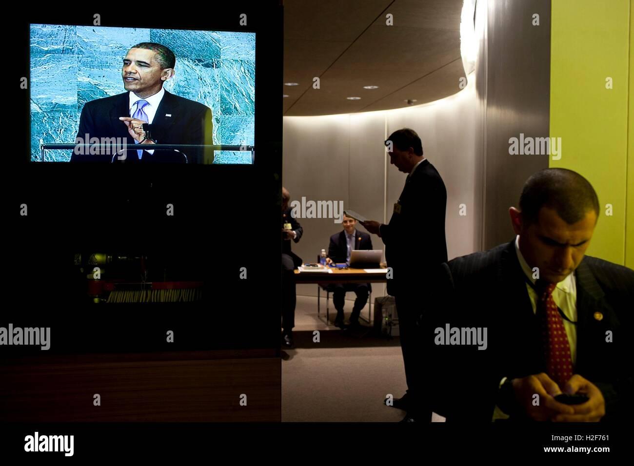 Weiße Hauspersonal warten hinter den Kulissen, wie US-Präsident Barack Obama seine Ansprache an die UN Stockbild