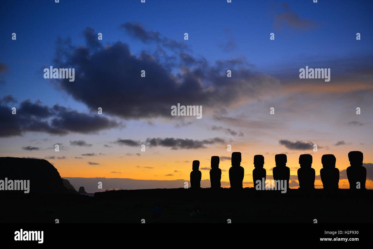 Panorama-Foto von Aku Tongariki mit den Silhouetten der Moai Statuen bei Sonnenaufgang auf der Osterinsel (Rapa Stockbild
