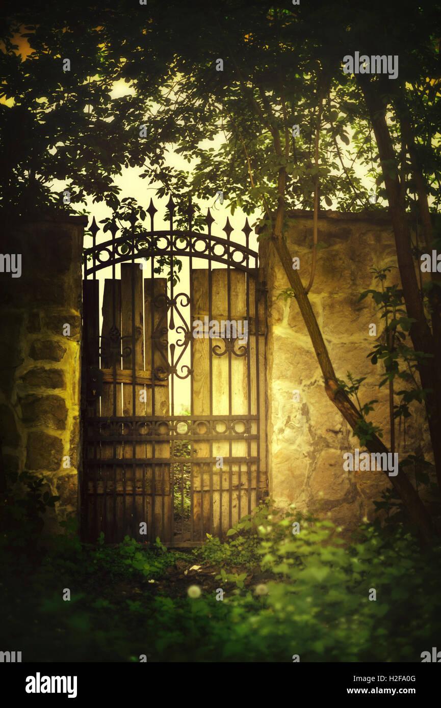 Blick auf das alte schöne Tor im Garten Stockbild
