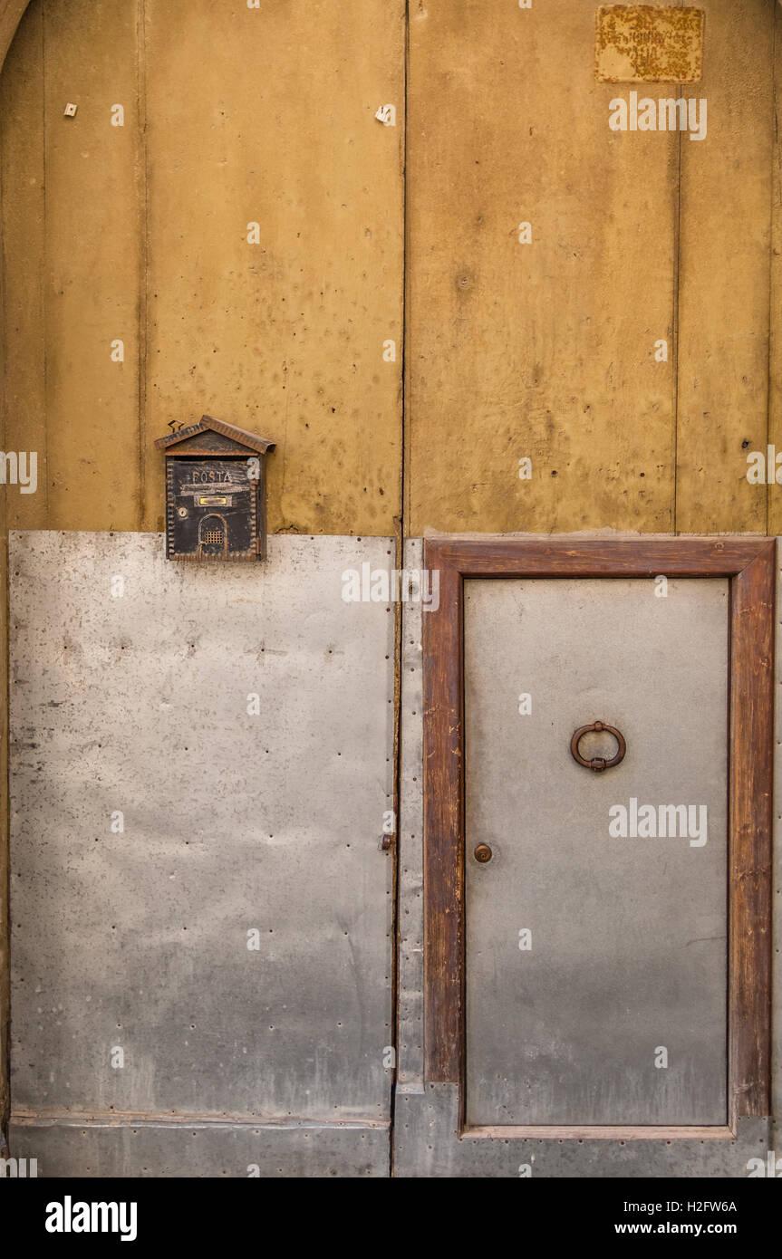 Antik-gelbe Tür, Briefkasten, Eisen Schaukel, kleiner Rahmen, sehr ...