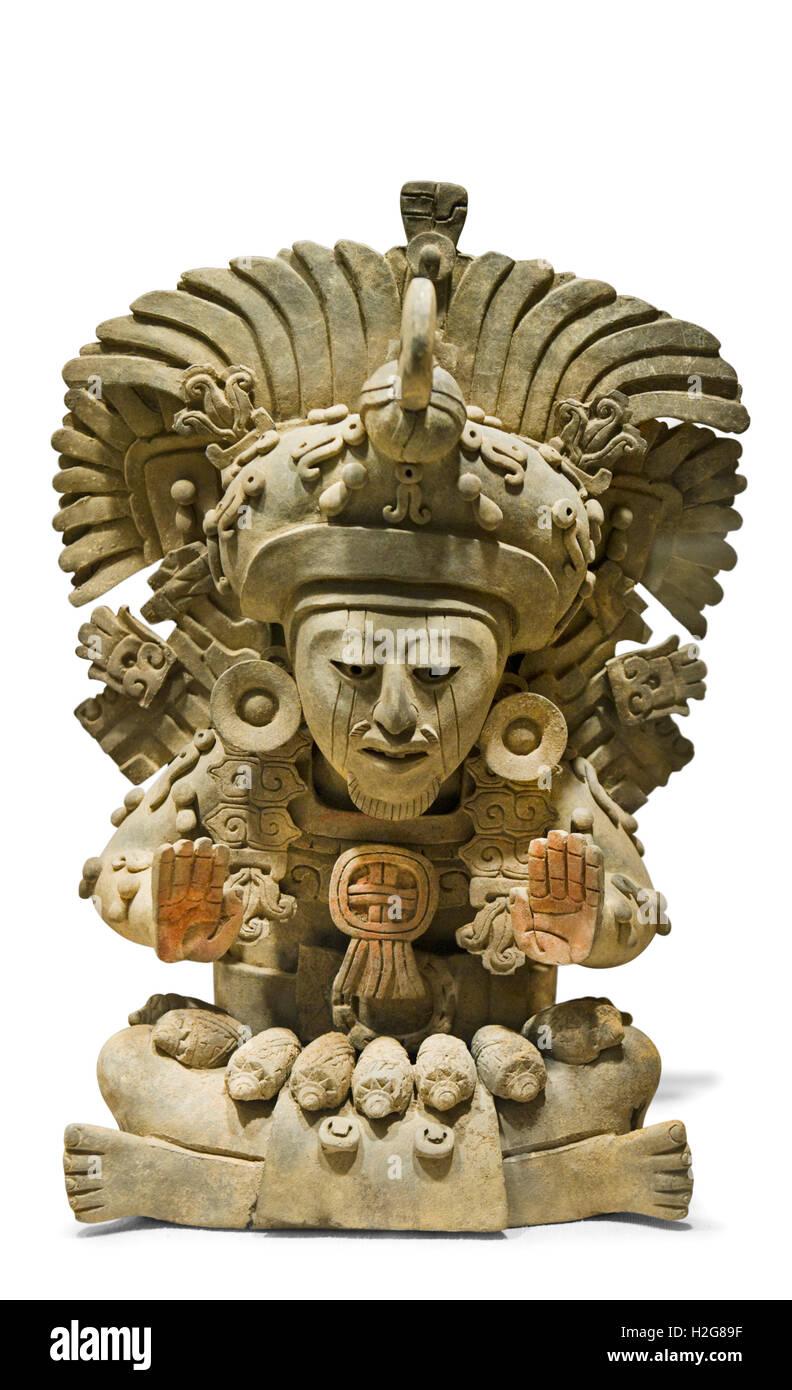 Grabbeigaben verdienen mit sitzende Figur mit großer Feder Kopfschmuck stammt vom 4. - 5. Jahrhundert aus Mexiko Stockbild