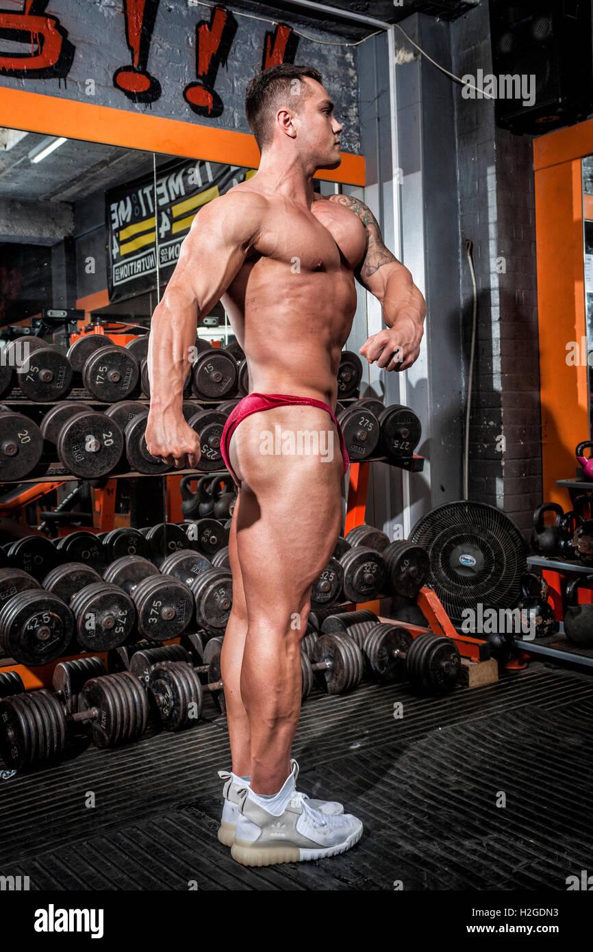 Bodybuilder tun Wettbewerb stellt mit definierten Muskeln Stockbild