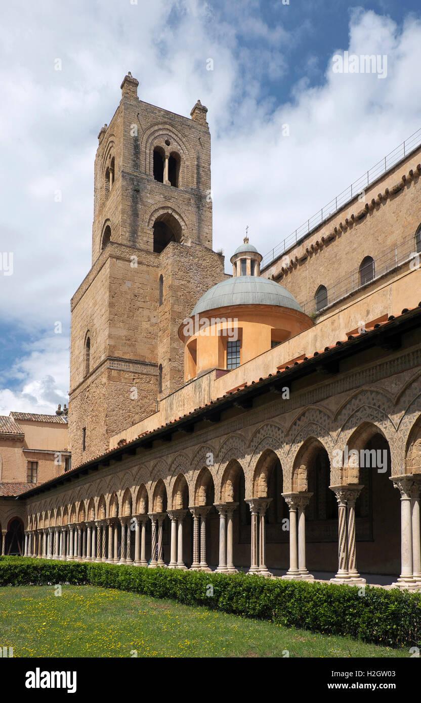 Kreuzgang mit reich verzierten Säulen, Hof der Kathedrale von Monreale, Monreale, Sizilien, Italien Stockbild