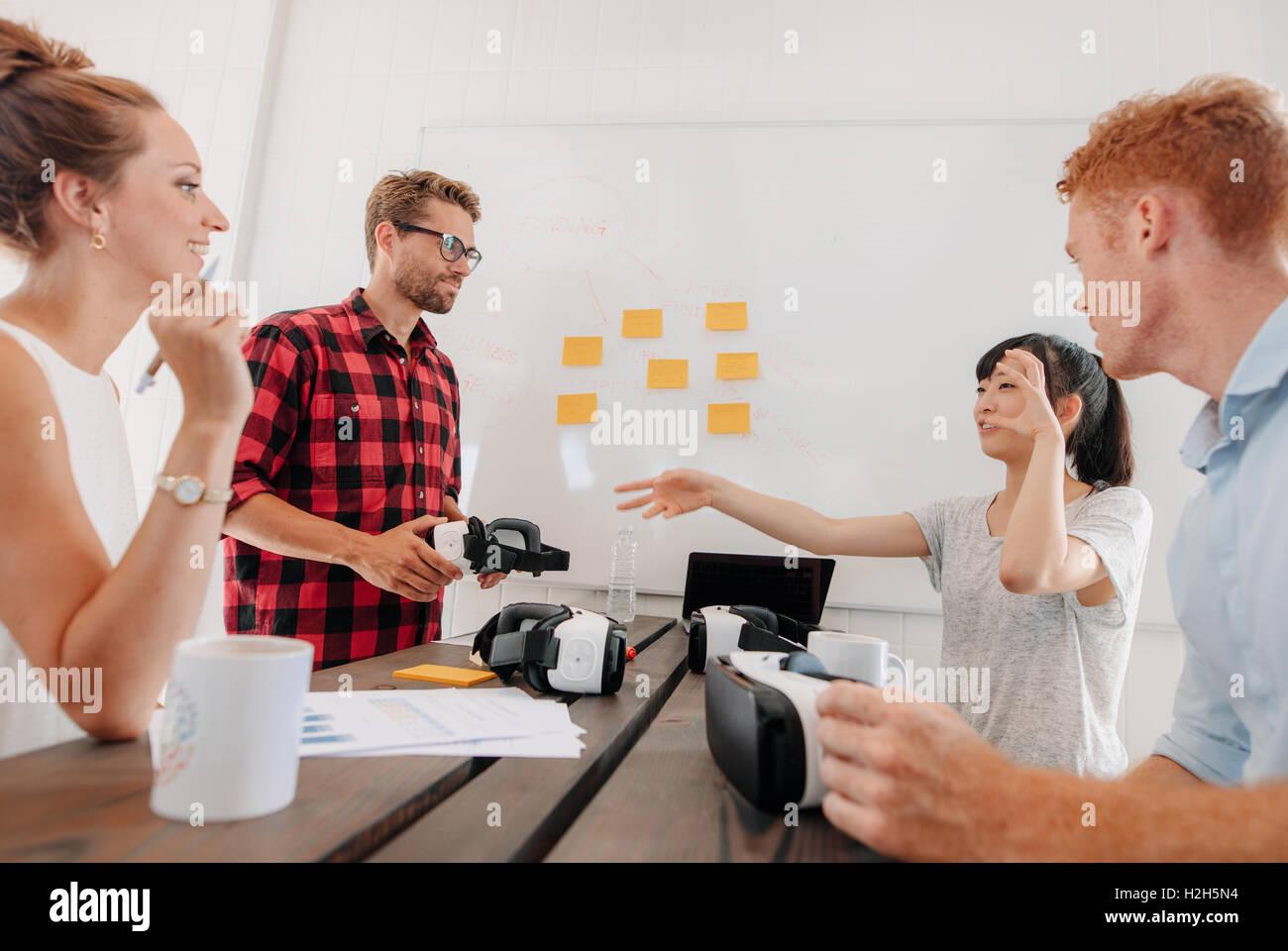Schuss Gruppe von vielfältigen Business Leute diskutieren virtual Reality-Technologie im Tagungsraum. Entwickler, Stockbild