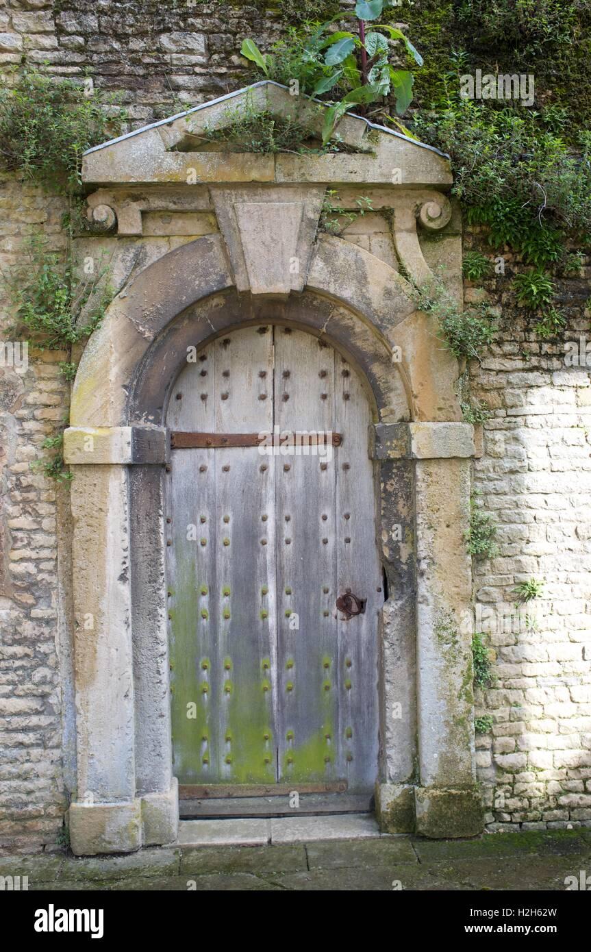 Old Wooden Door Hinge In Stockfotos & Old Wooden Door Hinge In ...