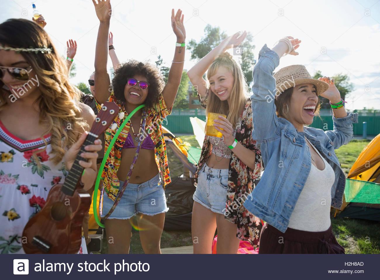 Begeisterte junge Frauen tanzen in der Sommer-Musikfestival Stockbild