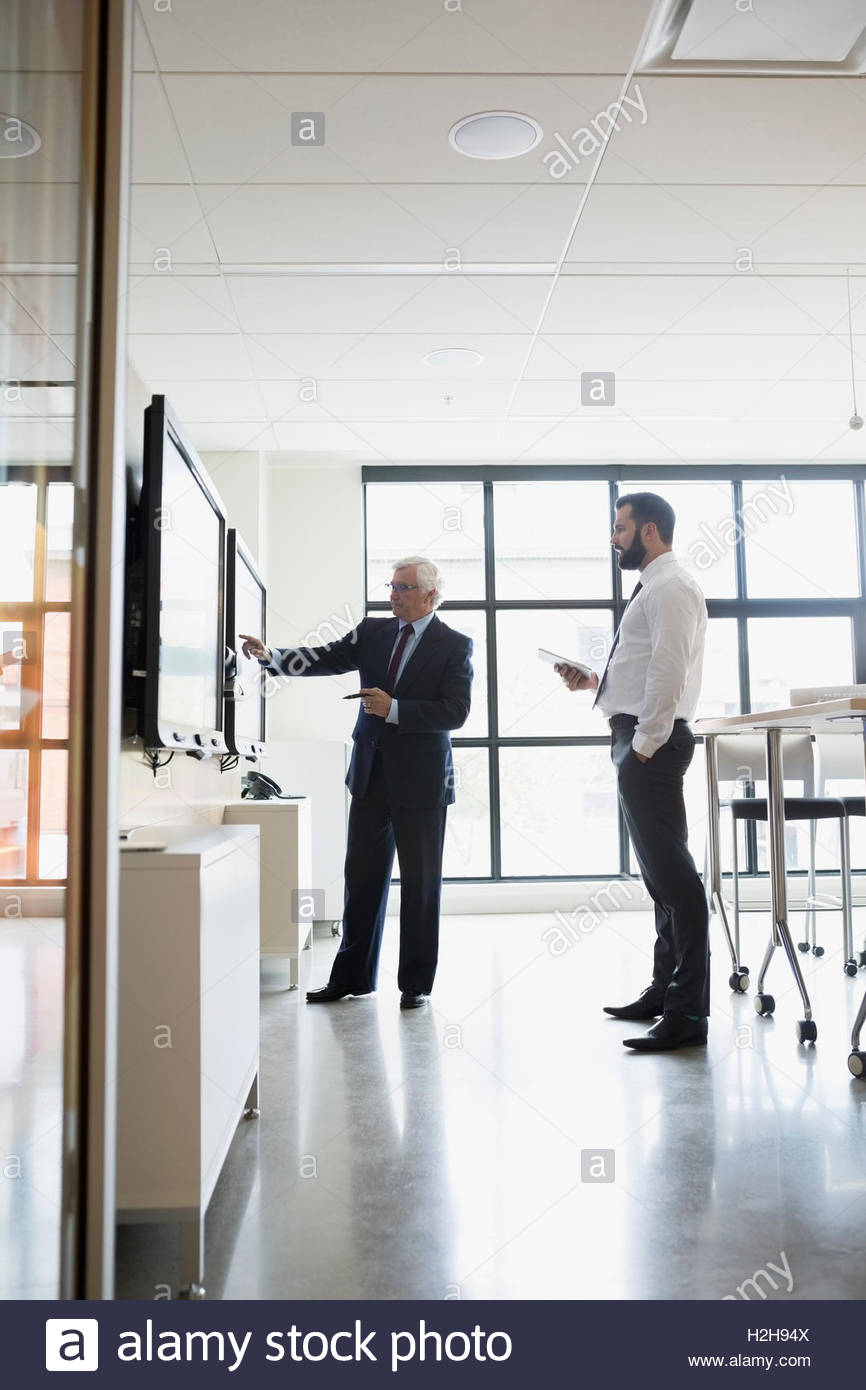 Geschäftsleute, die mit Touch screen Fernseher im Konferenzraum Stockbild