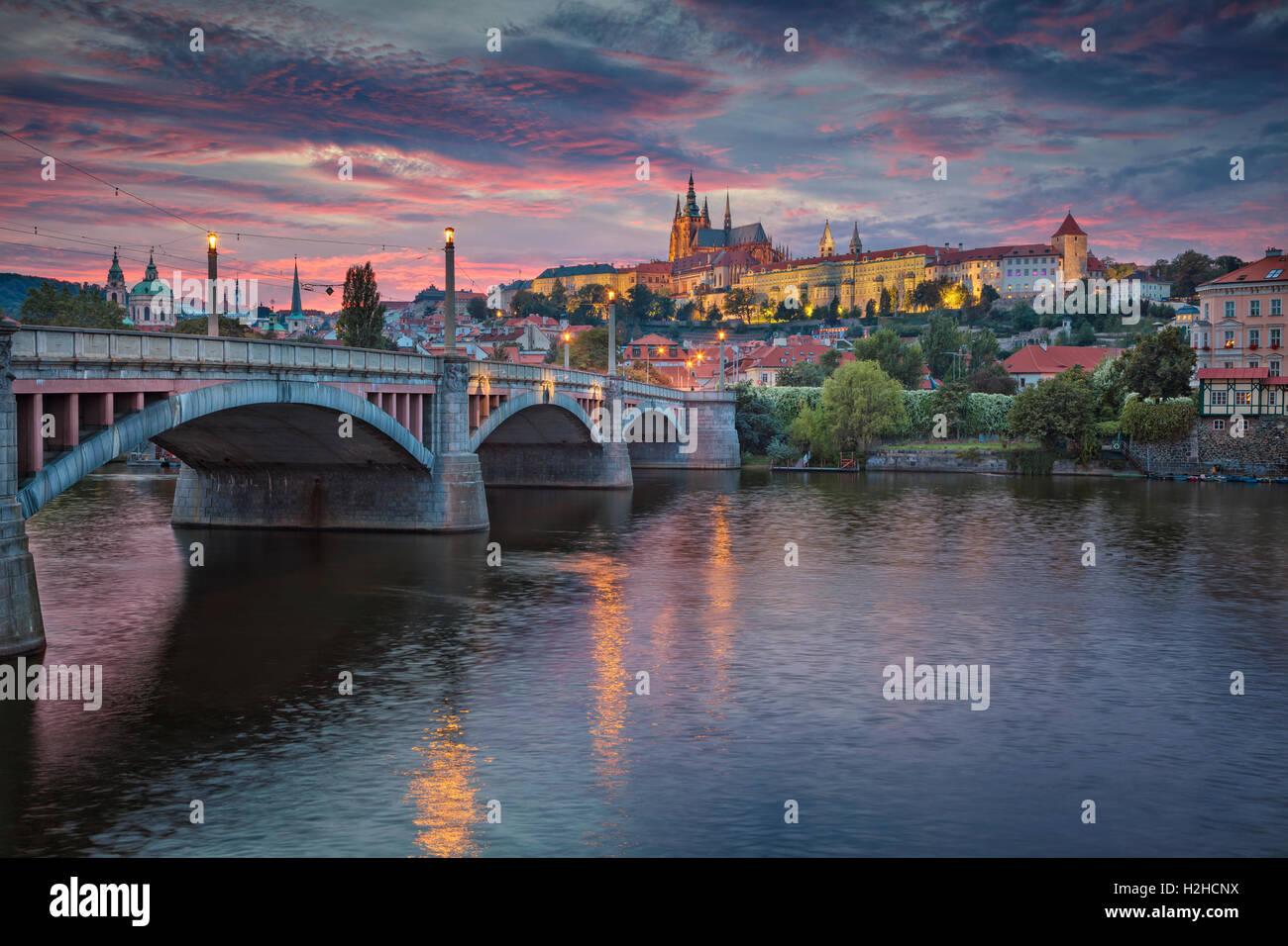 Prag bei Sonnenuntergang. Bild von Prag, der Hauptstadt Stadt der Tschechischen Republik und der Karlsbrücke, Stockbild