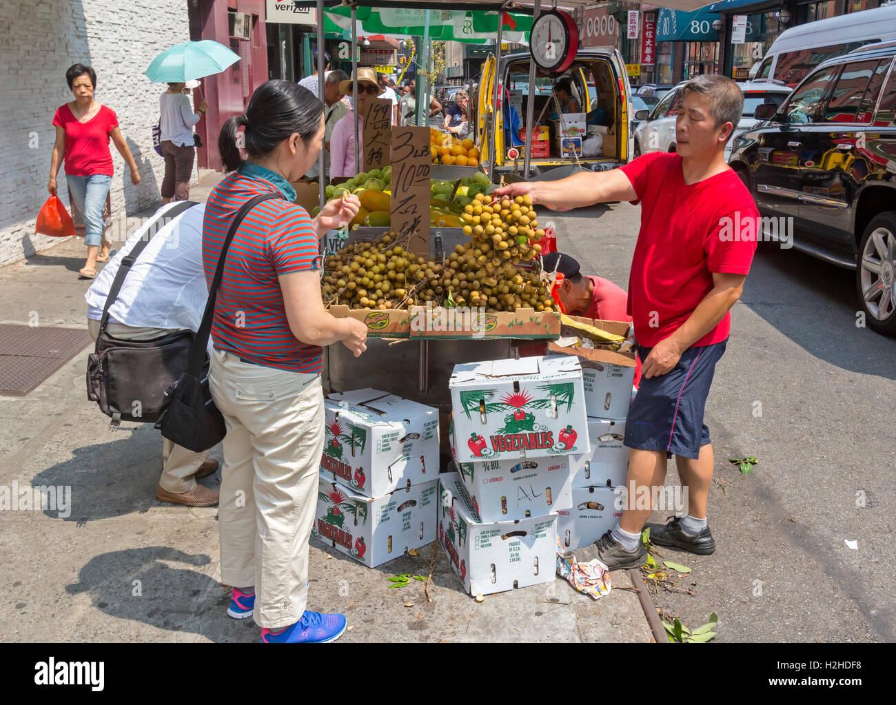 Ein chinesischer Lebensmittelmarkt in Chinatown Manhattan New York City am Markt zeigt Fruchtgemüse und andere Stockbild