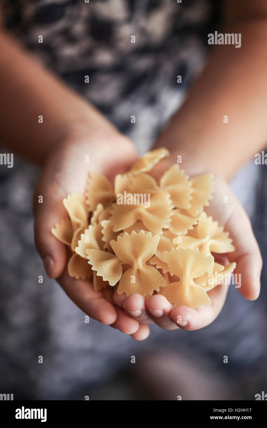 Handvoll italienische Pasta farfalle Stockbild