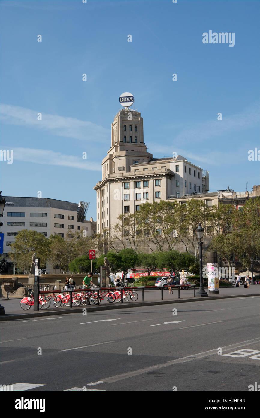 ein Blick über Plaça de Catalunya Barcelona mit einem Fahrradträger mieten im Vordergrund Stockbild