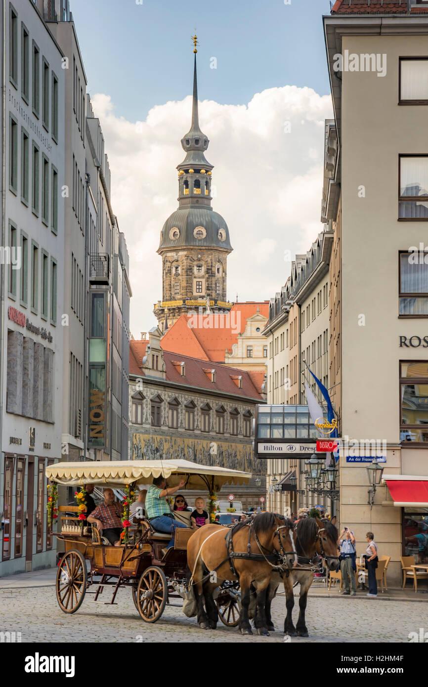 Pferdekutsche mit Touristen in Dresden Stockbild