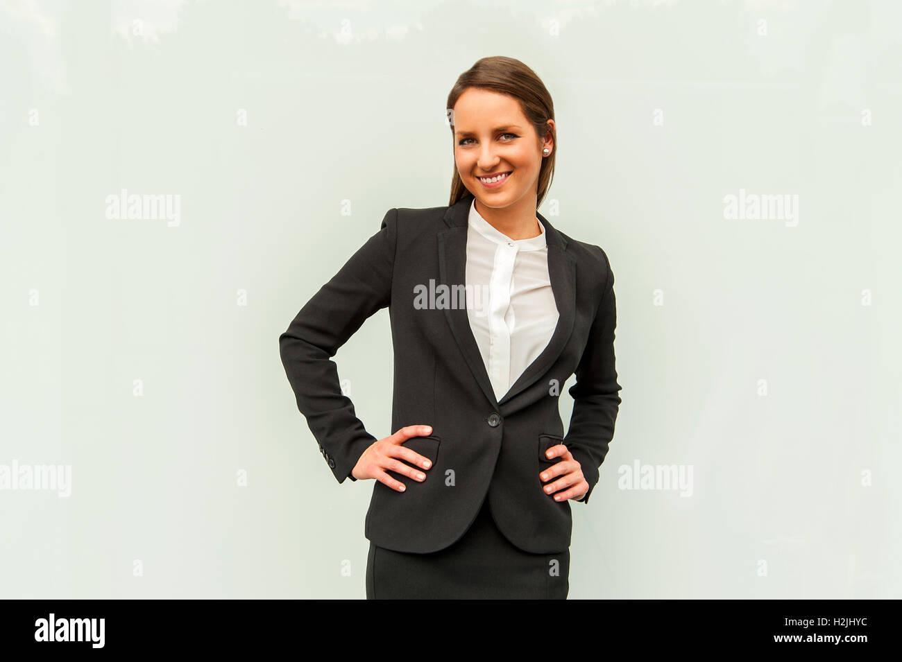 Junge Frau Im Business Outfit Uber Die Glaswand In Der Stadt In Die Kamera Lacheln Stockfotografie Alamy