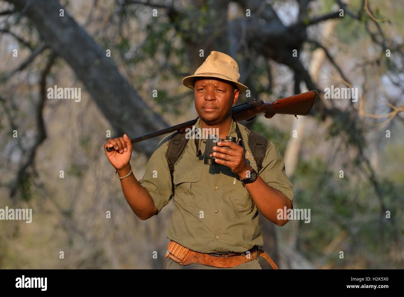 Anleitung mit fernglas und gewehr eine walking safari mana pools