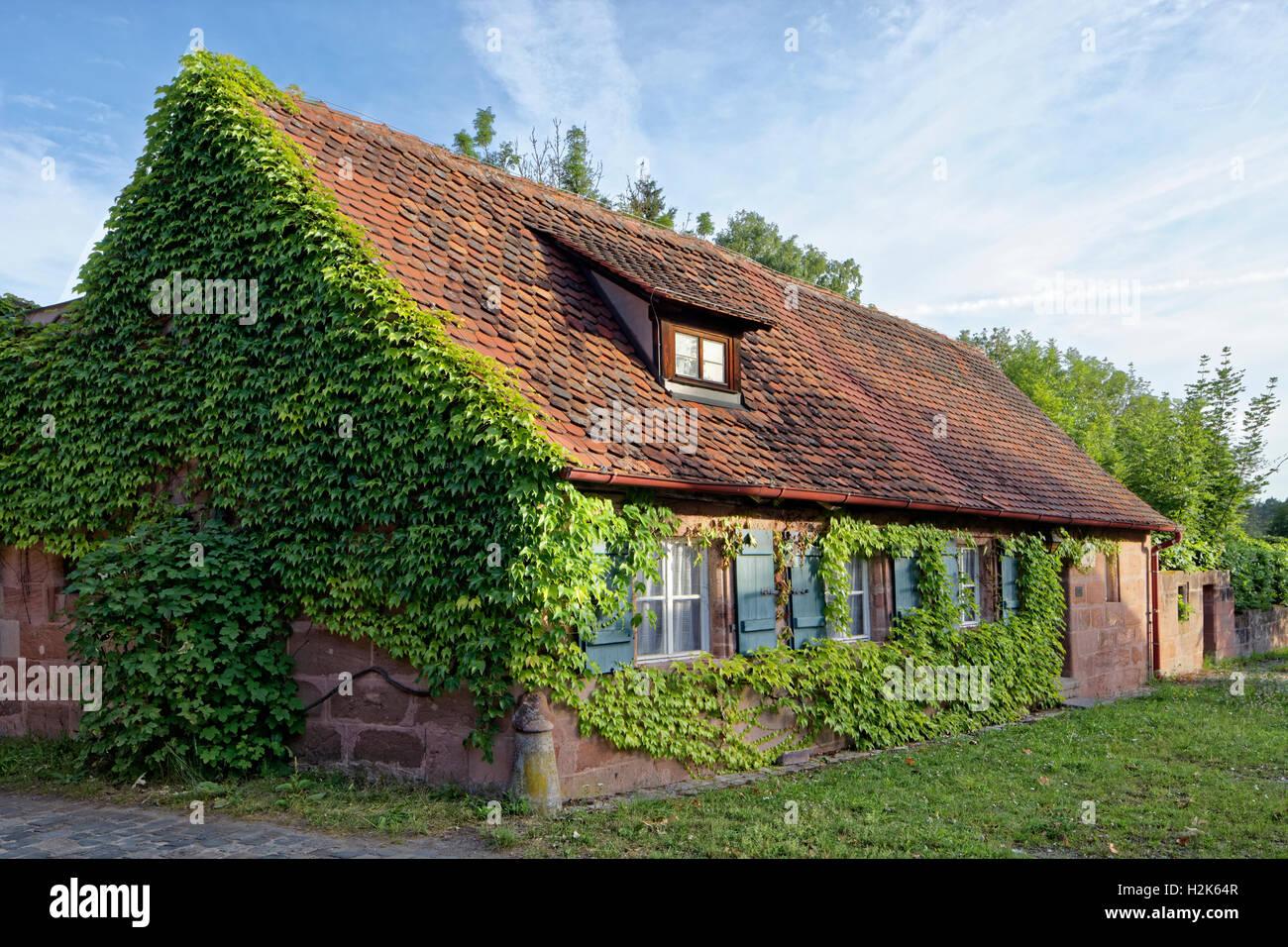 Arbeiterwohnung bedeckt mit Reben ranken, historischen Fabrik, Hammer, Laufamholz, Nürnberg, Mittelfranken, Stockbild