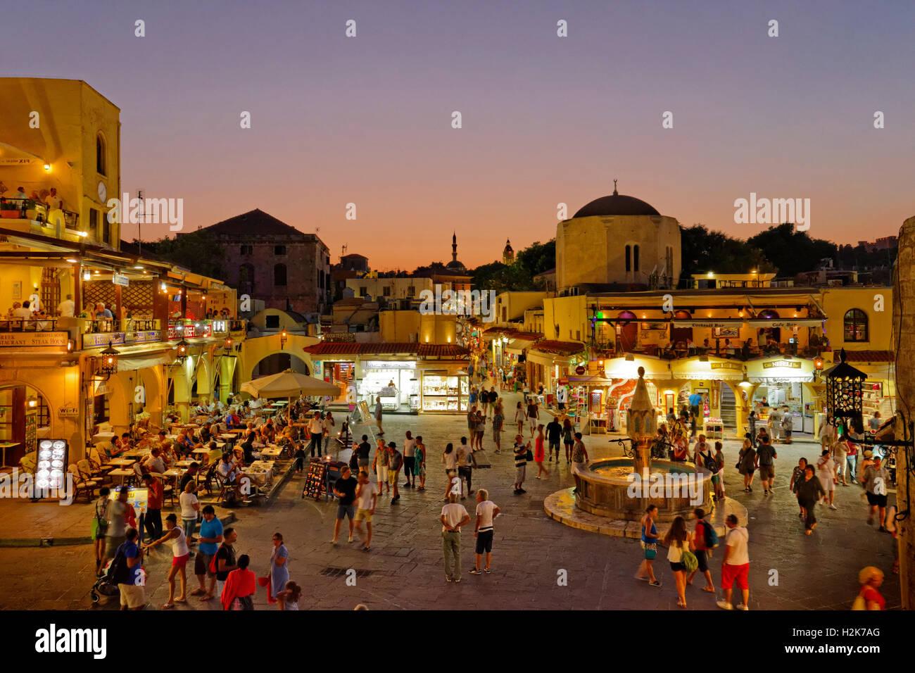 Twilight auf Hippokrates (Ipokratous) Platz, in der Altstadt von Rhodos, Insel Rhodos, Dodekanes, Griechenland. Stockbild