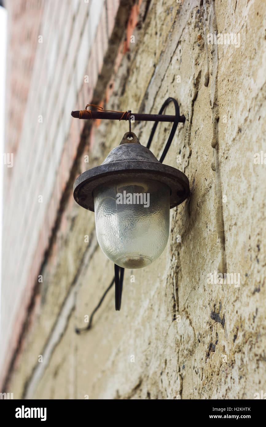 Alte Glas Laterne Mit Lampenschirm Auf Wand Stockfoto Bild