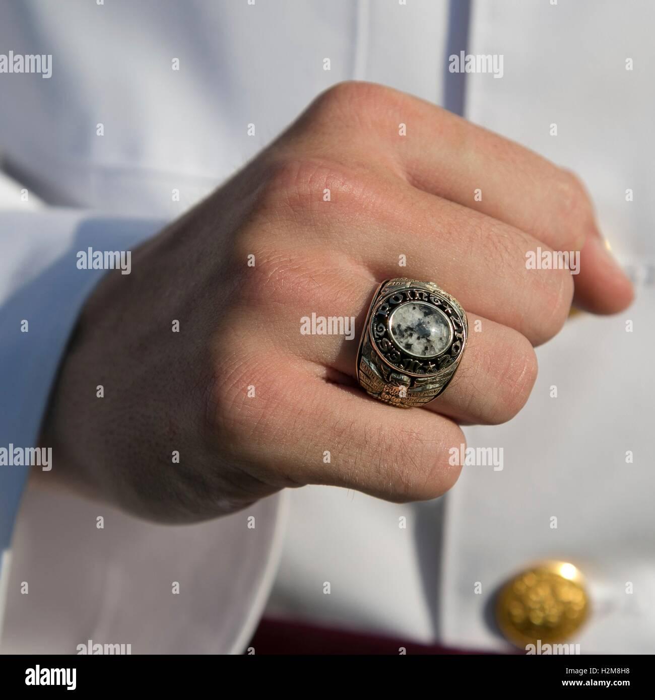 US Military Academy der Extraklasse 2017 senior Student zeigt seine Klasse Ring während die Jahresringe Zeremonie Stockbild