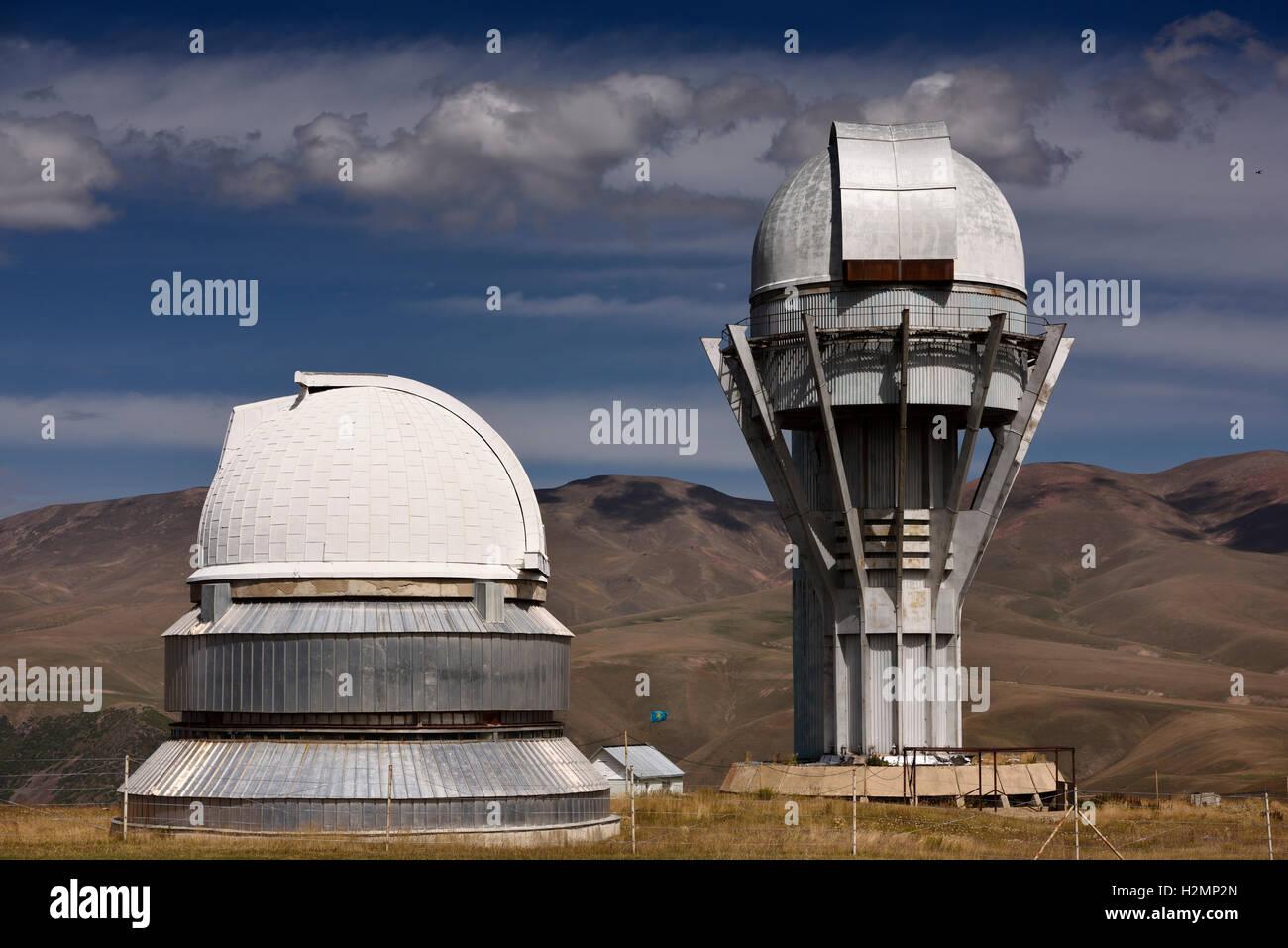 Kpl astronomisches observatorium teleskop türme auf dem berg