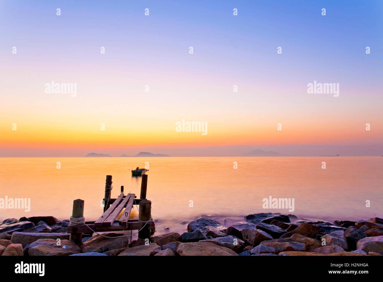 Sonnenuntergang an der Holzbrücke in Hong Kong Stockbild