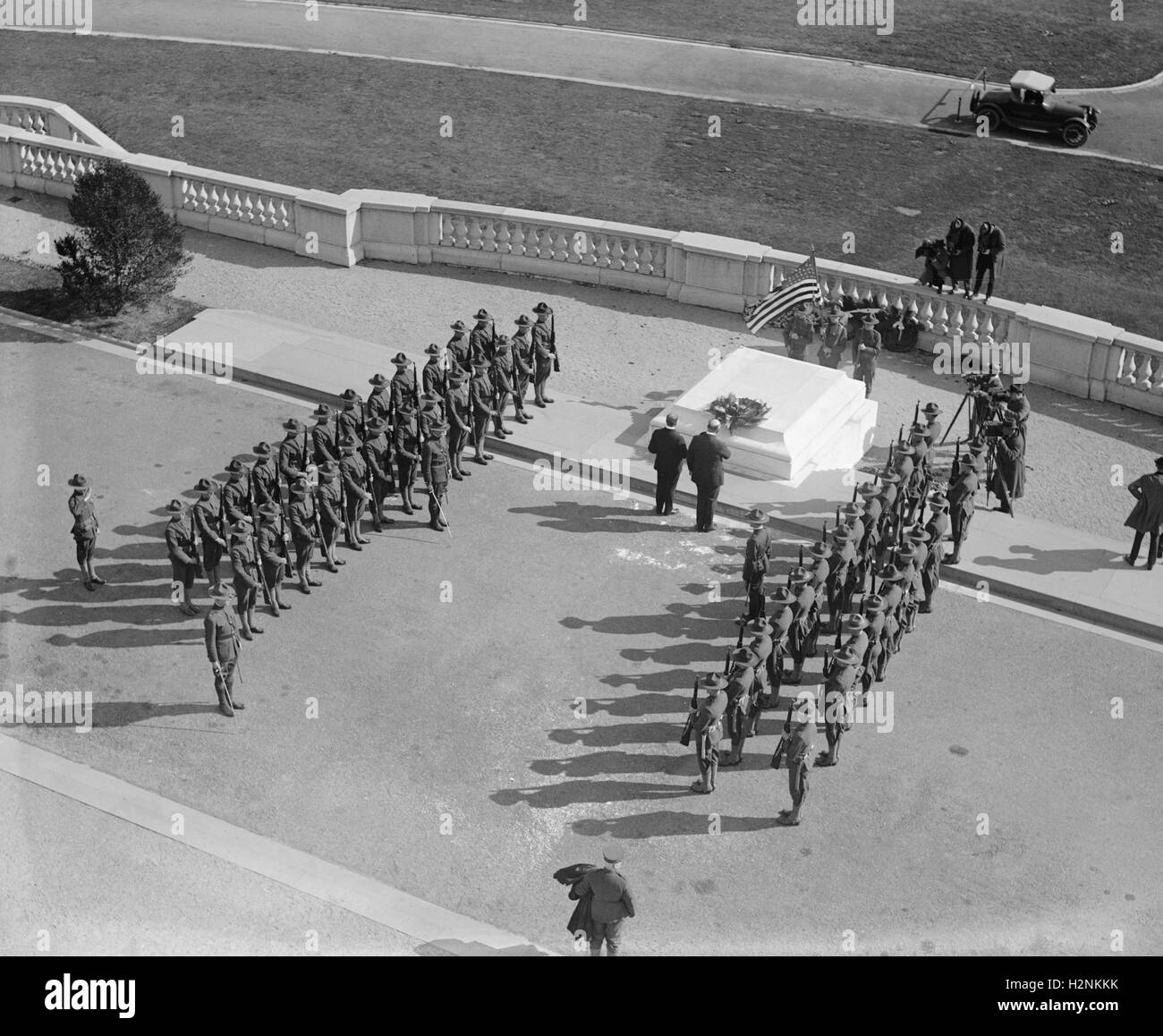 Militärische Formation am Grab des unbekannten Soldaten, Arlington National Cemetery, Arlington, Virginia, Stockbild