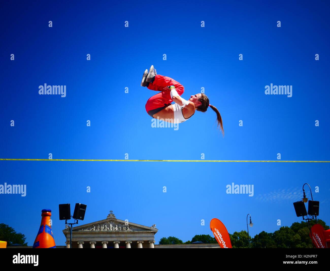 Slackliner konkurrieren in Slackline Sport Festival München Deutschland Europa Stockfoto