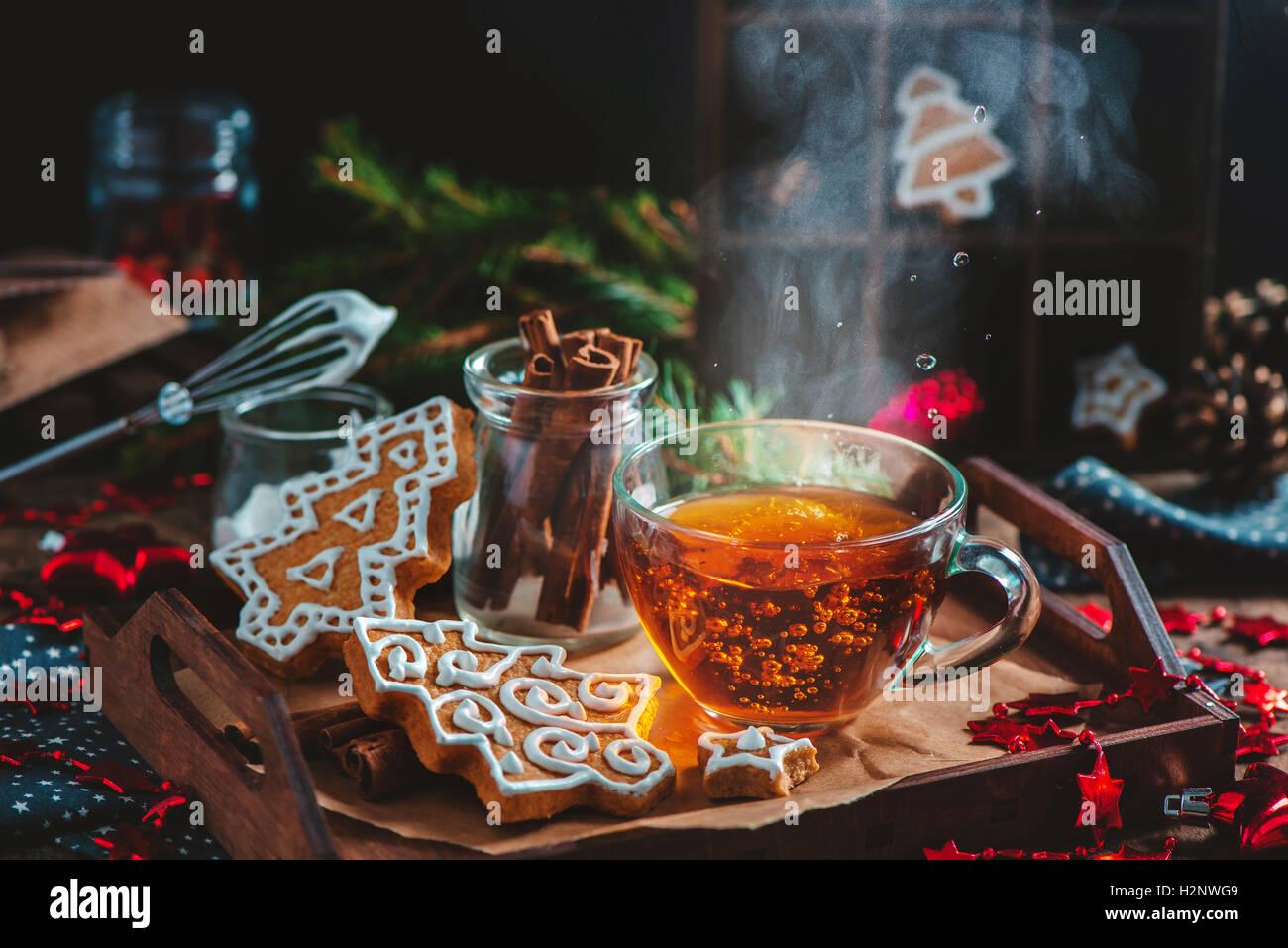 Weihnachtsplätzchen mit dampfenden Tasse Tee Stockbild