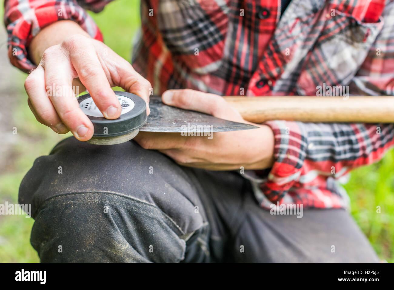 holzfäller schärfen einer axt stockfoto, bild: 122190045 - alamy