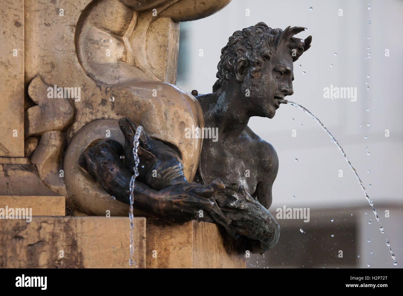 Triton. Bronzestatue des niederländischen Manierismus Bildhauers Adriaen de Vries auf der Herkules-Brunnen Stockbild