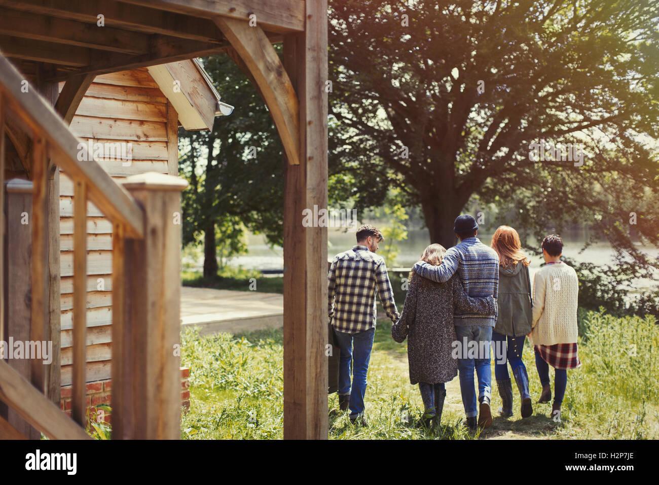 Freunde gehen im freien Hütte am See Stockfoto