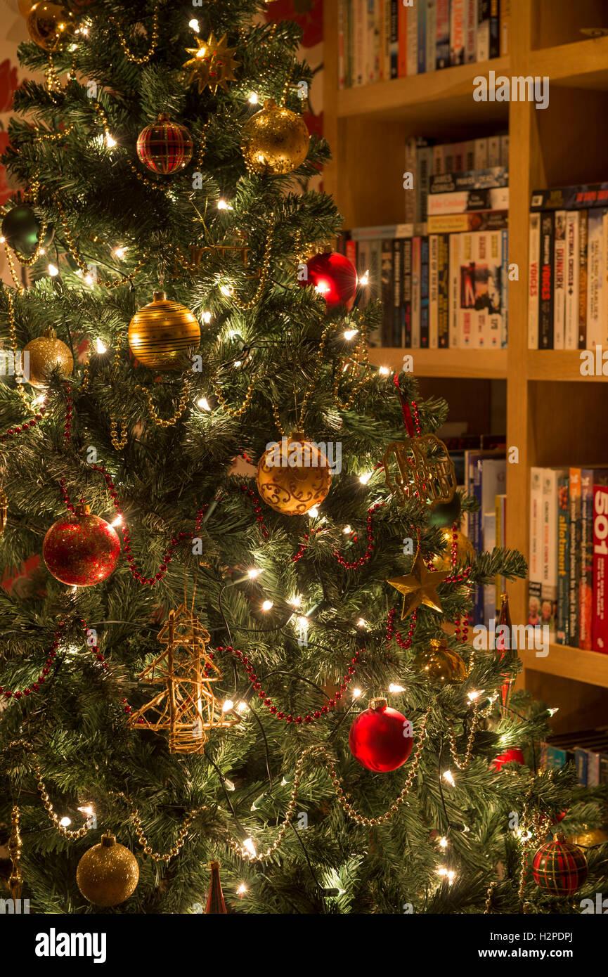 detail der k nstlichen weihnachtsbaum dekoriert mit rot. Black Bedroom Furniture Sets. Home Design Ideas