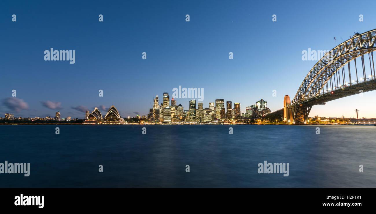 Skyline von Sydney City in der Nacht mit der Sydney Harbour Bridge, Opera House und zentraler Geschäftsbezirk Stockbild