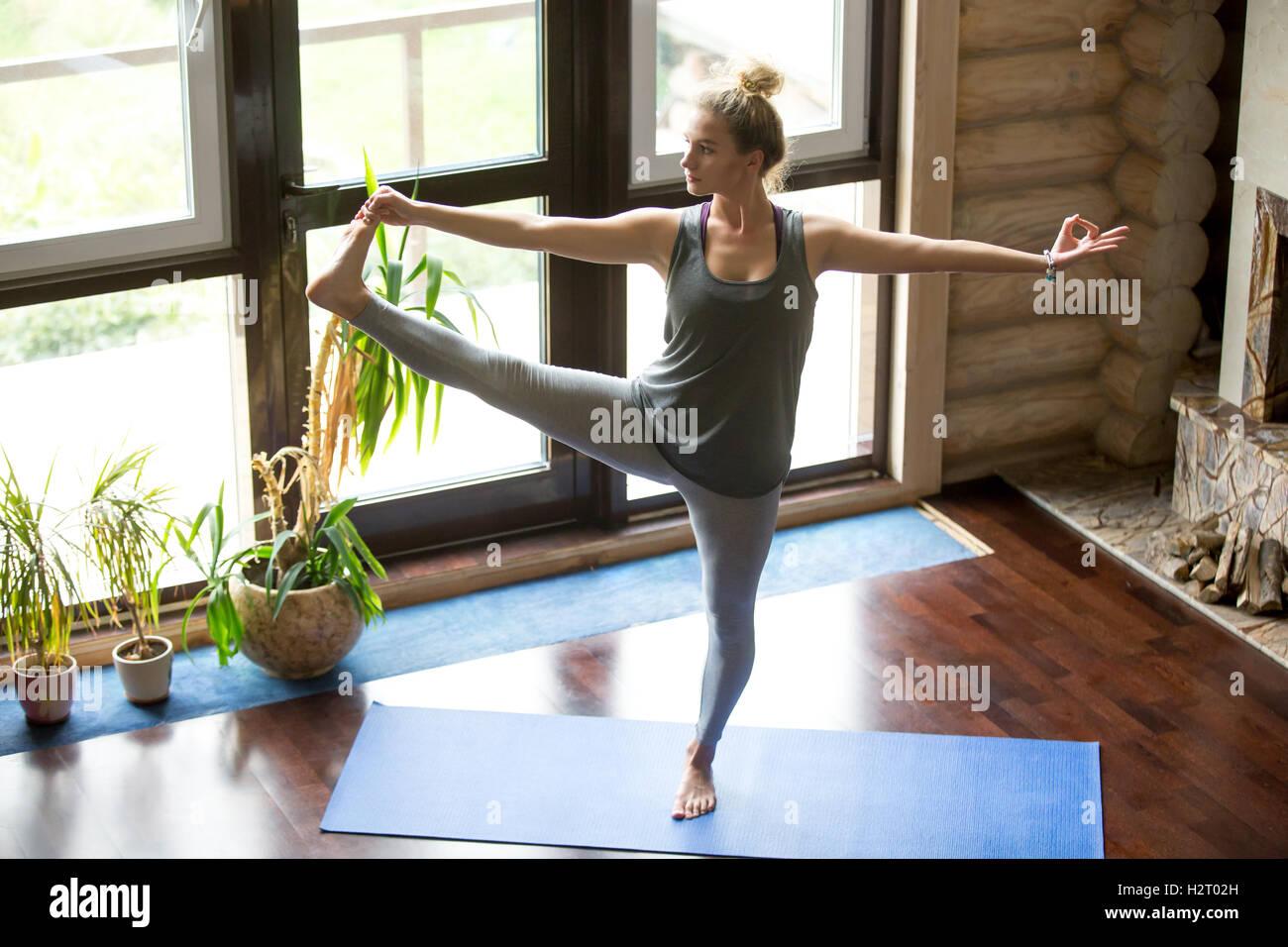 Yoga zu Hause: verlängerte Hand zur Großzehe-Pose Stockfoto, Bild ...