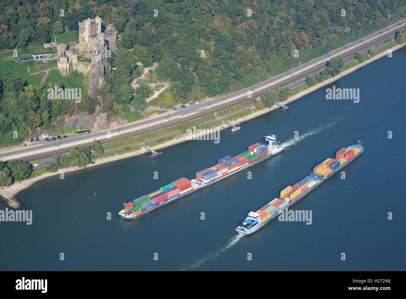 CONTAINER Carrier ON THE stark REISTE Rhein (Luftbild). Burg Rheinstein, Rheinland-Pfalz, Deutschland. Stockbild