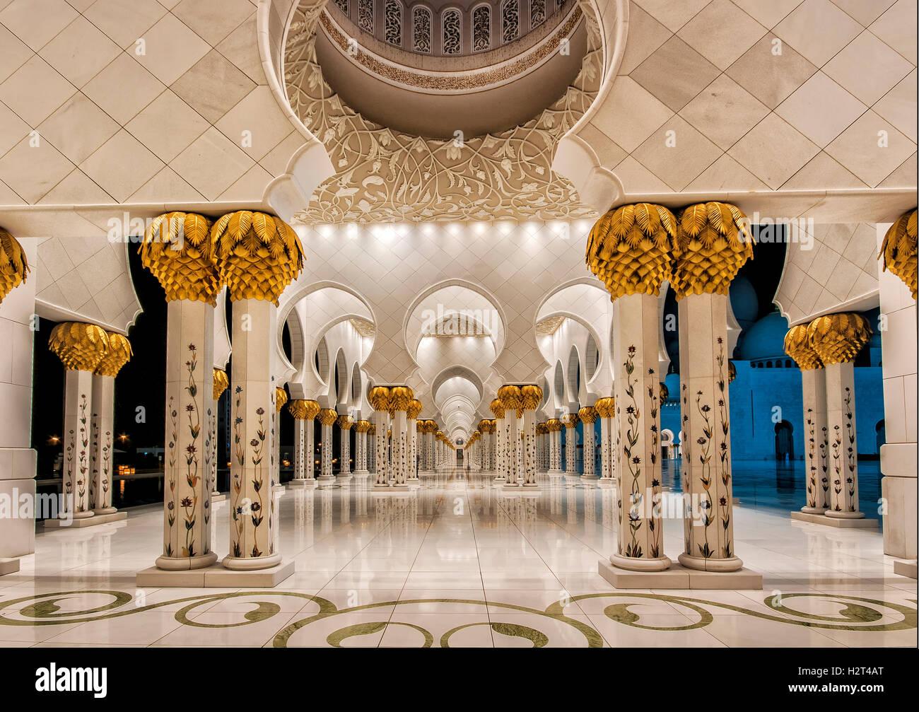 Portikus, weiße Moschee, Abu Dhabi, Vereinigte Arabische Emirate Stockbild