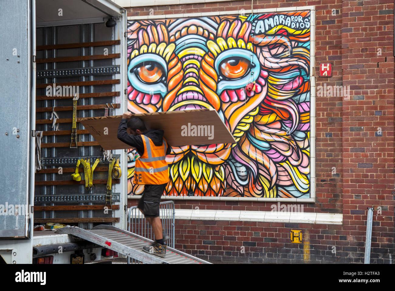 Fußgänger Vorbei Streetart, Graffiti Wandbild, Dekoration, In Die Sonne,  Spray Und Kunst Festival Kunst Im Osten Topping Street, Blackpool,  Lancashire, ...