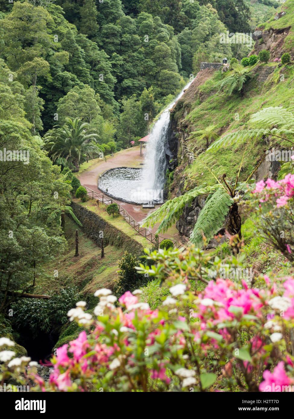 Ribeireo Dos Caldeirões Wasserfall und Gärten. Inmitten der üppigen subtropischen Inselvegetation Stockbild