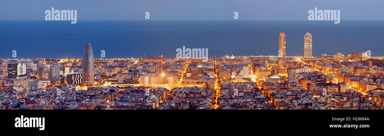 Barcelona Skyline Panorama zur blauen Stunde Stockbild