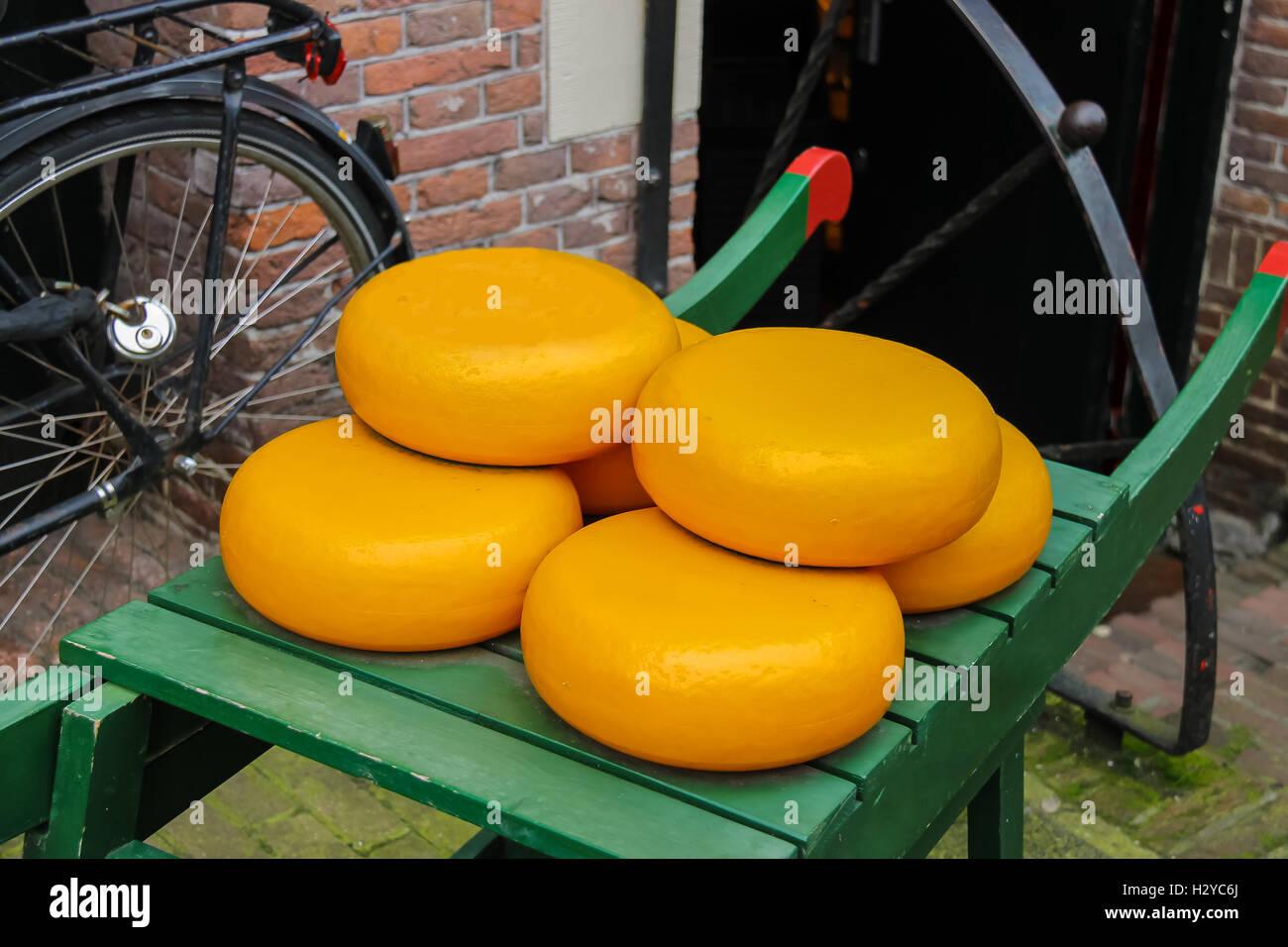 holl ndischer k se auf traditionellen h lzernen karren in amsterdam niederlande stockfoto bild. Black Bedroom Furniture Sets. Home Design Ideas