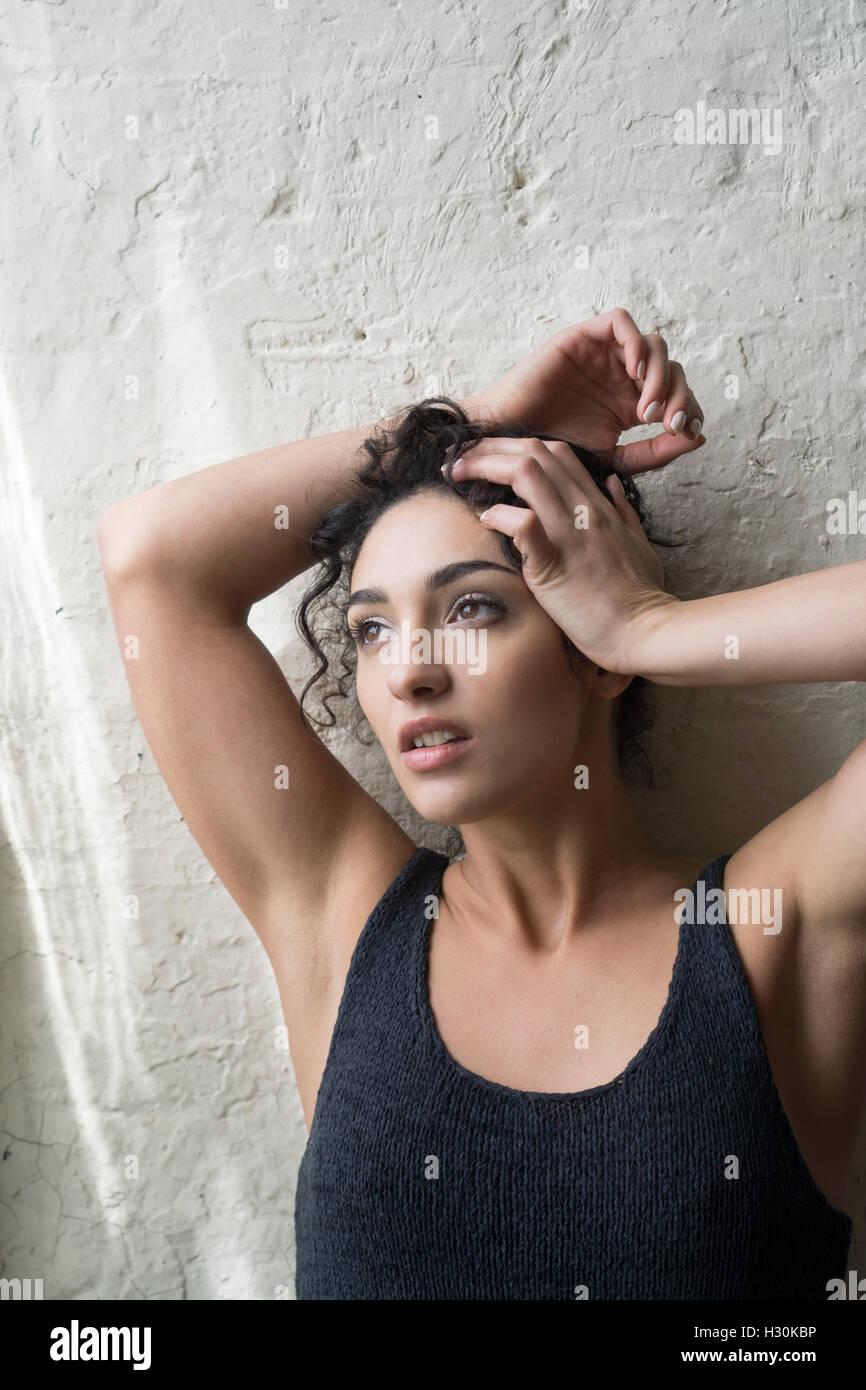 Besorgt junge Frau die Hände auf den Kopf wegschauen Stockbild