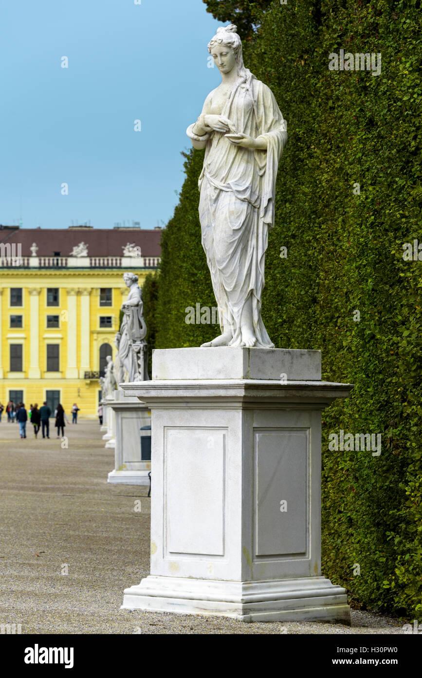 Garten Statuen auf dem Gelände des Schloss Schönbrunn. Stockbild