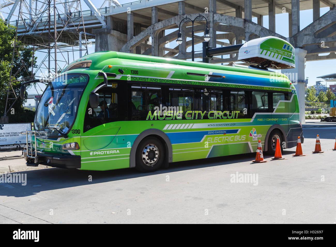 Eine elektrische Musik Stadtkurs Zirkulator Bus Ladungen auf einen israelischen Bus Ladestation am Flussufer Bahnhof Stockbild