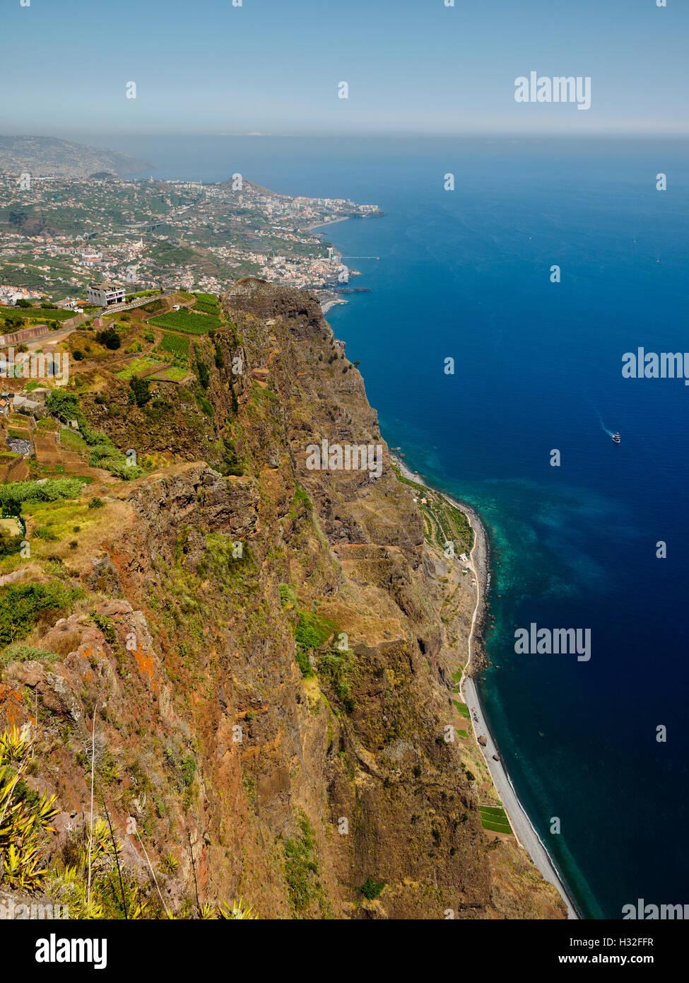 Ein Blick aus dem Miradouro Cabo Girao, 580 Meter über dem Meeresspiegel, Richtung Camara de Lobos und Funchal Stockbild