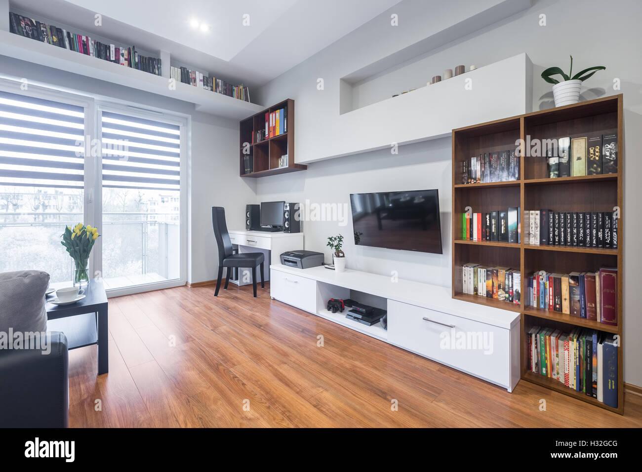Helle Und Geraumige Wohnzimmer Mit Tv Bucherregale Bodenplatten